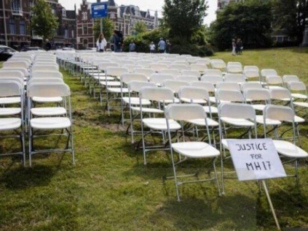 """Семьи жертв малазийского """"Боинга"""" выстроили белые стулья у стен посольства РФ в Гааге"""
