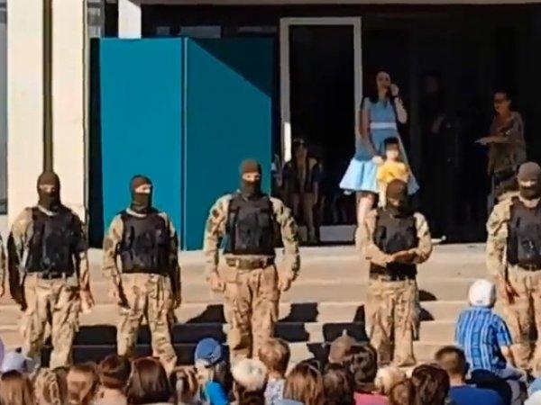 Украинские десантники на детском празднике показали шокирующие приемы с бутафорской кровью