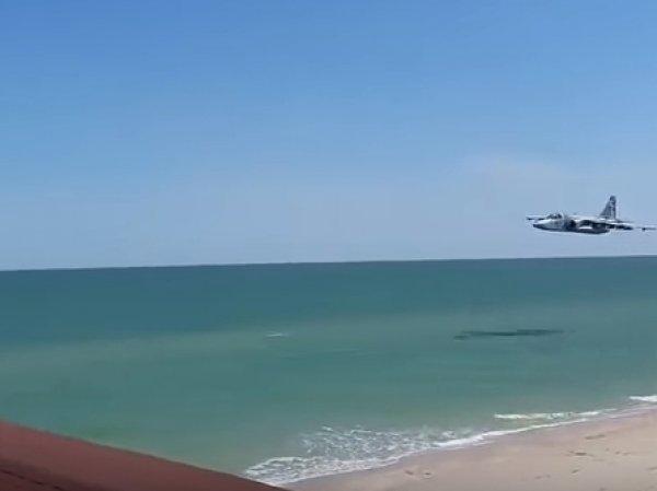 В Запорожье засняли украинский Су-25, пролетевший в нескольких метрах над пляжем