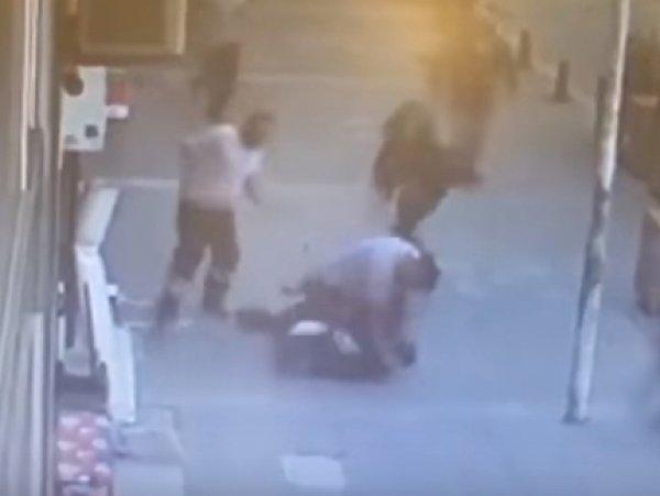В Турции дворник одним ударом сбил с ног мужчину, избивавшего на улице женщину