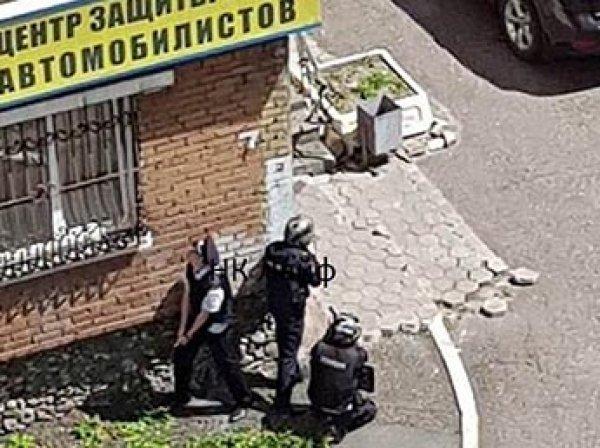 В центре Новокузнецка мужчина застрелил жену и взял заложников в офисе