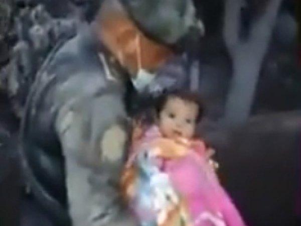 Опубликовано видео счастливого спасения младенца после извержения вулкана в Гватемале