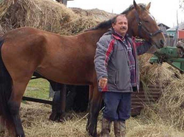 На Камчатке депутат приехал на сессию на коне, протестуя против роста цен на бензин