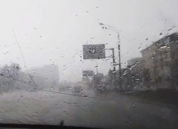 На Москву в 30-градусную жару обрушился мощный град: в Сети появились фото и видео непогоды