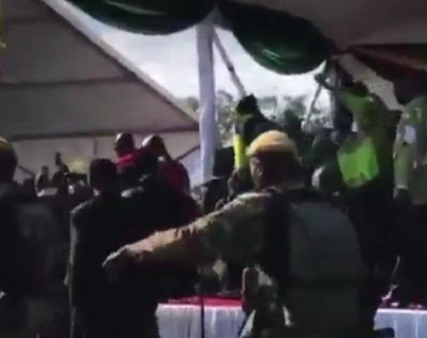 В Зимбабве пытались убить президента: момент покушения попал на видео