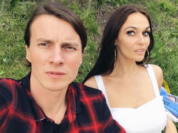 """Потребовавшая уволить всех полных стюардесс Водонаева показала """"некрасивого"""" раздетого мужа"""