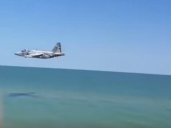 В ВСУ объяснили низкий полет Су-25 над пляжем в Запорожье