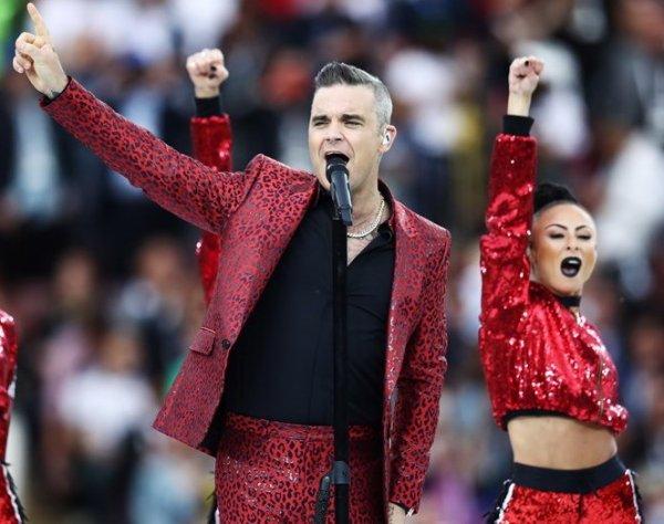 Робби Уильямс показал неприличный жест на церемонии открытия ЧМ-2018