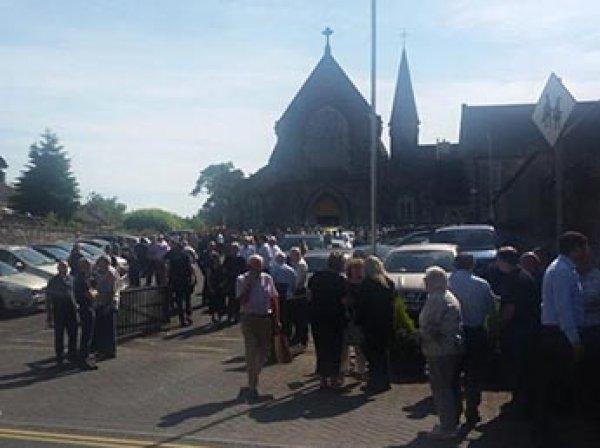 В Ирландии автомобиль протаранил похоронную процессию у церкви