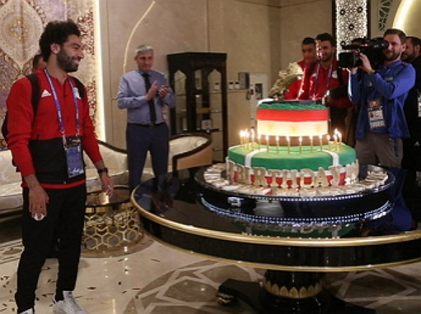 Чеченские болельщики поздравили Мохаммеда Салаха 100-килограммовым тортом с золотой бутсой