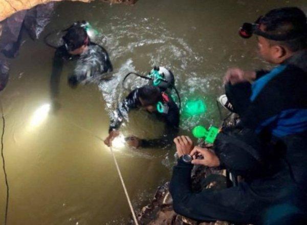 В тайской пещере, где застряли 12 детей с тренером, погиб дайвер, бывший морской котик