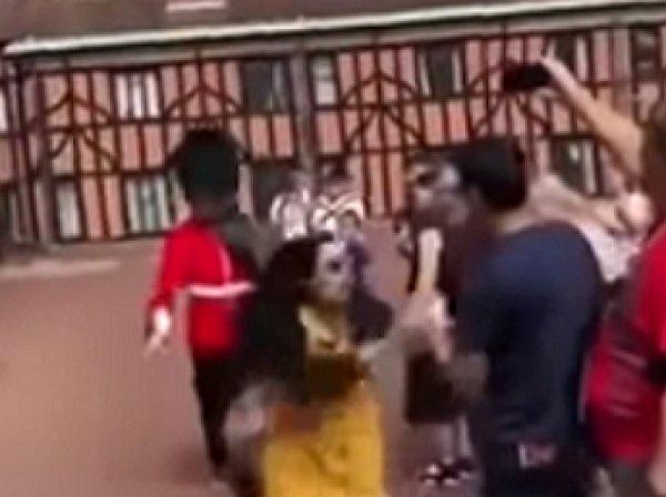 Королевский гвардеец жестко оттолкнул наглую туристку из Поднебесной