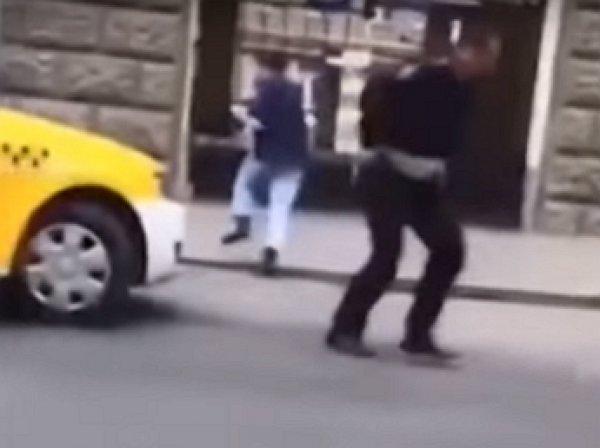 Момент нападения на полицейского в Москве попал на видео