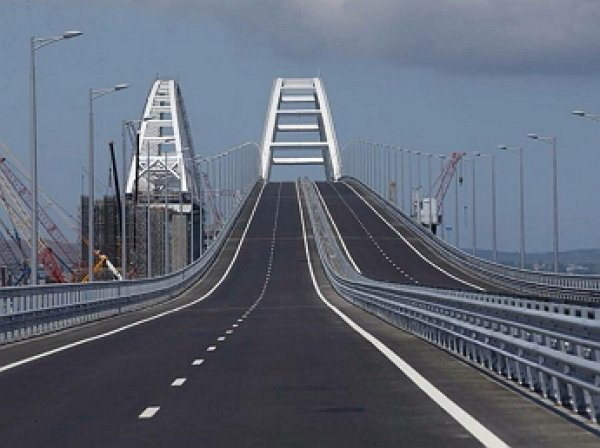 Опустевший Крымский мост собирает трехчасовые пробки: туристы выкладывают фото