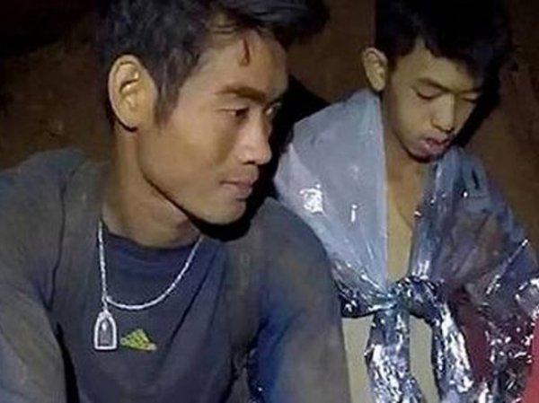 СМИ рассказали, как тренер-монах помог выжить детям в затопленной пещере в Таиланде