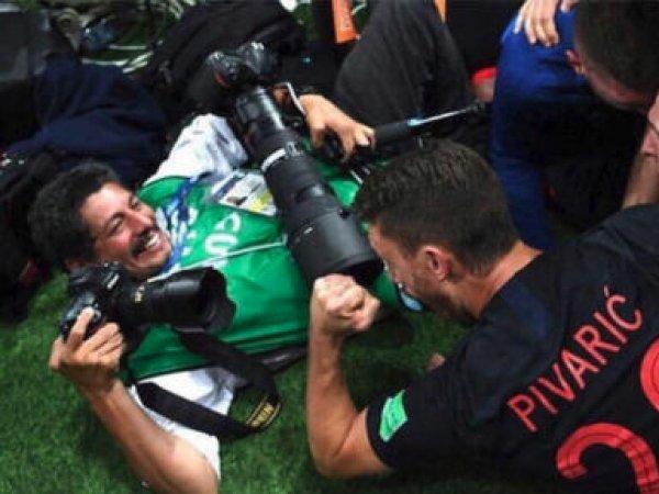 Придавленный беснующимися хорватскими футболистами фотограф подарил миру уникальные фото