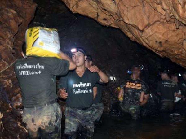 В Таиланде из затопленной пещеры спасли 8 детей: они госпитализированы с инфекцией