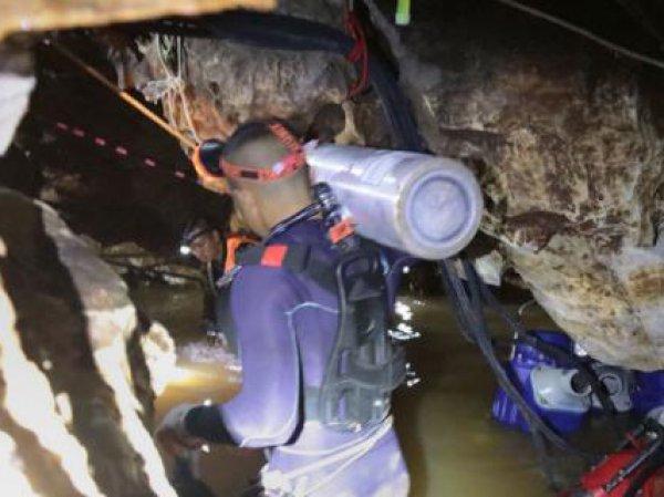 В Таиланде из затопленной пещеры спасли всех детей и тренера