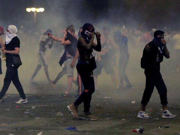 Во Франции бурное празднование победы на ЧМ переросло в беспорядки со слезоточивым газом