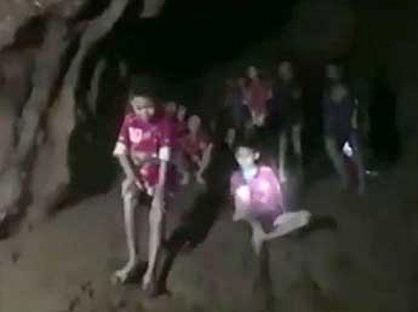 Пропавших и найденных детей в затопленной пещере Таиланда попросили посидеть там еще 4 месяца