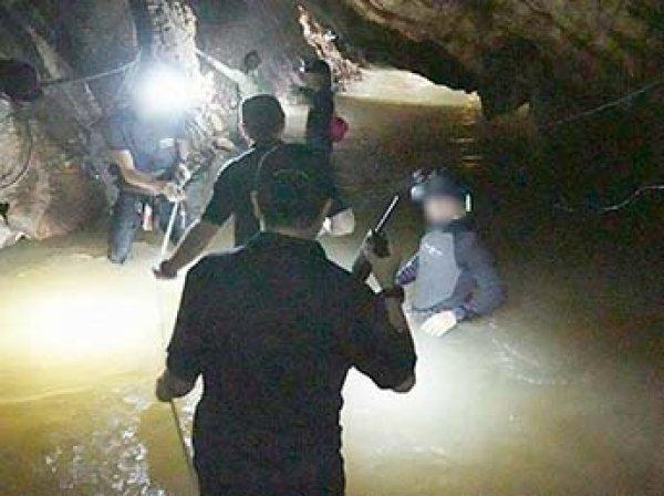 Илон Маск лично спустился в затопленную пещеру с детьми в Таиланде