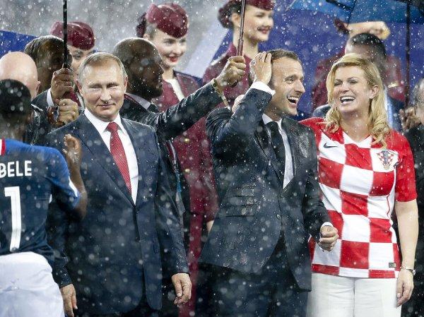 На награждении победителей ЧМ во время ливня зонт принесли только Путину