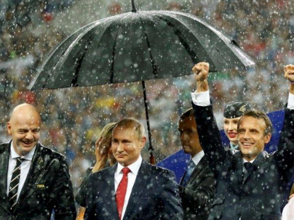 """В Кремле заступились за """"зонт Путина"""" во время награждения на ЧМ и объяснили, почему так произошло"""