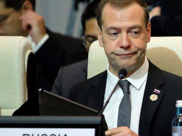 СМИ: Медведев ведет страну к пенсионному краху, подобно тому, как это происходит в США