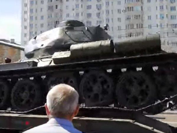 В Курске после парада перевернулся танк Т-34: опубликовано видео