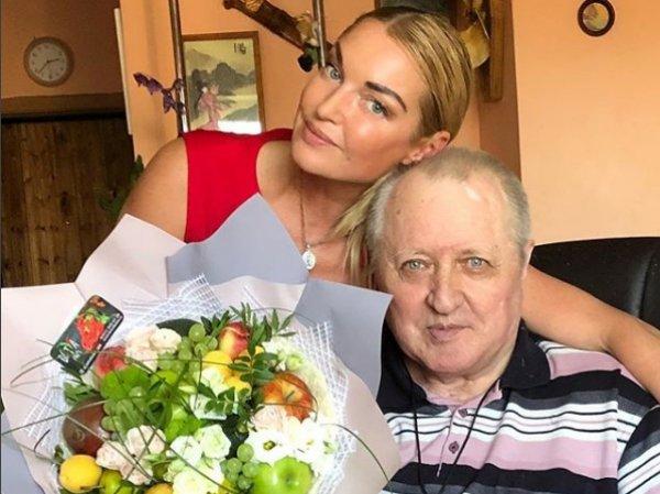 """""""Раз в год вспоминает для галочки"""": Волочкову раскритиковали за отношение к больному отцу"""