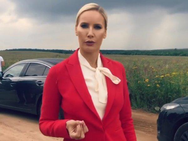 """Лена Летучая """"с мужиком под платьем"""" спровоцировала споры в соцсетях"""