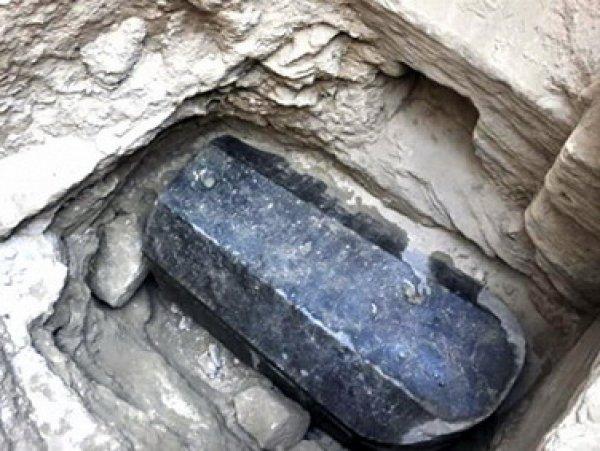 Ученые выяснили, кого захоронили в загадочном чёрном саркофаге