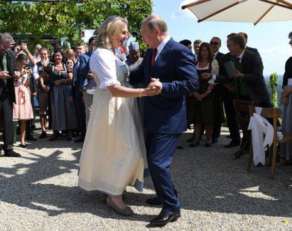 Путин опоздал на свадьбу главы МИД Австрии, но станцевал с невестой
