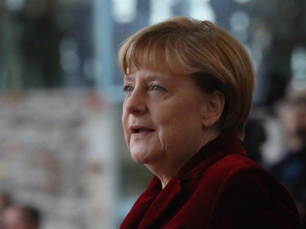 Меркель в бинокль посмотрела на российских военных из Грузии и стала мемом в Сети