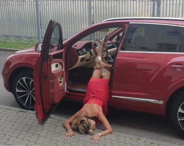 """""""Выпавшая из машины"""" модель Анна Калашникова  вызвала недоумение у поклонников"""