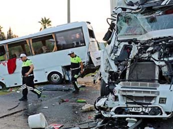 Автобус с российскими туристами упал в канал в турецкой Анталье: 11 пострадавших
