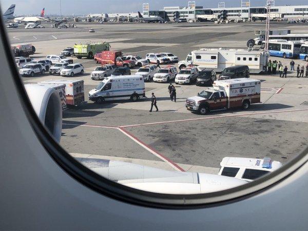Около 100 пассажиров рейса Дубай – Нью-Йорк заболели неизвестной болезнью