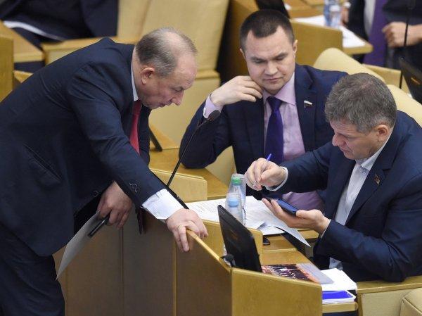 """""""Попал на кнопку товарищу"""": бутылка с водой едва не стала причиной раскола фракции КПРФ в Госдуме"""