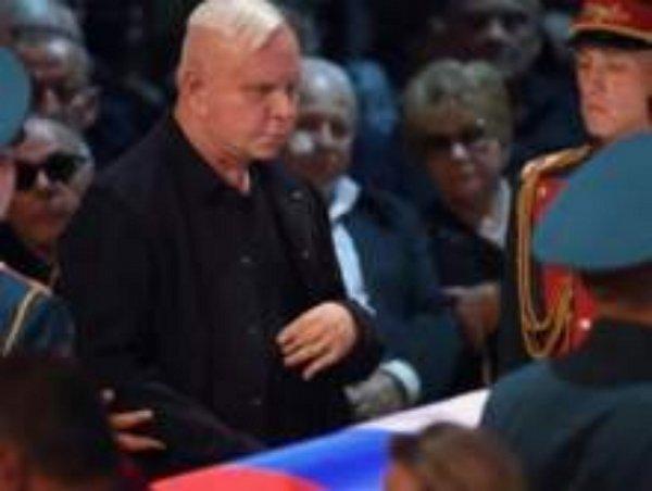 Изможденному болезнью Моисееву стало плохо на похоронах Кобзона