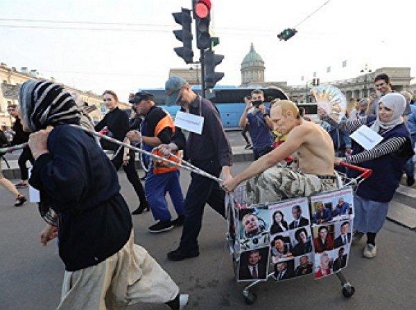 """До пенсии не дотянуть"": ""Путин"" прокатился верхом на пенсионерах по Невскому"
