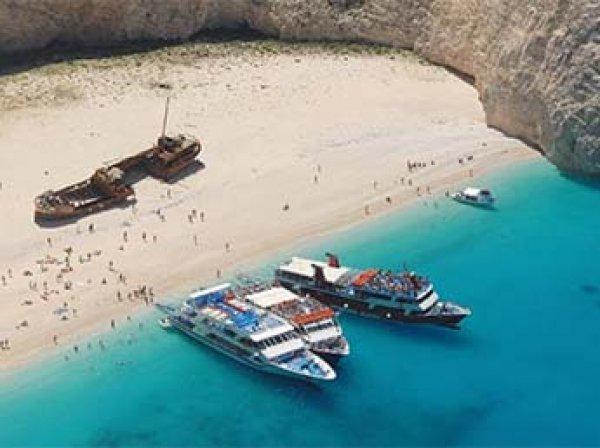 В Греции на отдыхающих на пляже туристов обрушилась скала: в больнице оказались 7 человек