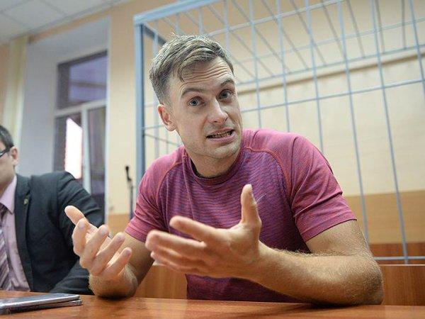 Оглохший и ослепший после отравления участник Pussy Riot Петр Верзилов попал на фото
