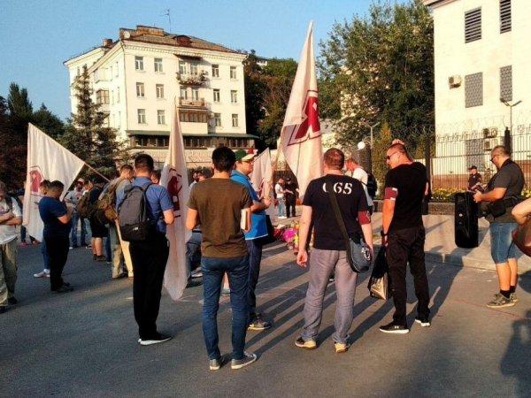 Курица и пирамидки: у посольства РФ в Киеве устроили издевательские поминки Кобзона и Захарченко