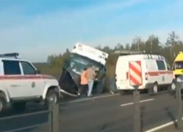 В Подмосковье в аварии перевернулся автобус: 20 человек пострадали
