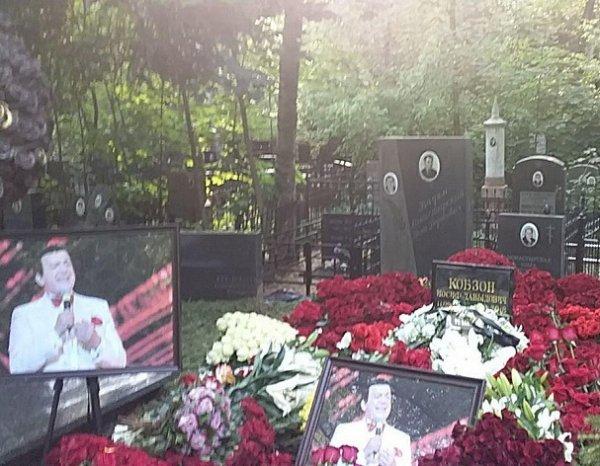 Призрак женщины в черном с могилы Кобзона попал на фото