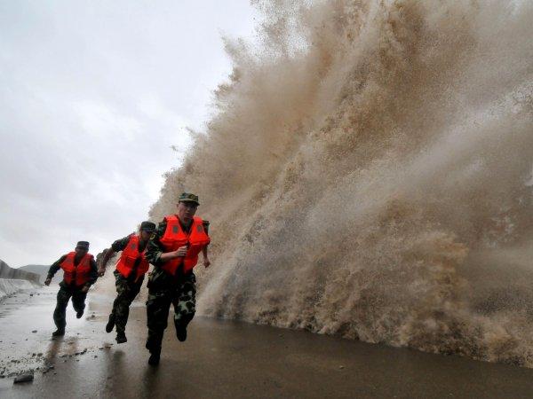 Жукие кадры тайфуна в Китае попали на видео