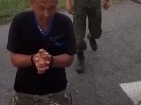 """""""Я вас умоляю"""": участник АТО на коленях попросил впустить его в Россию"""
