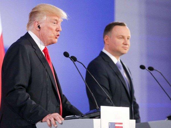 """В Польше уволили журналиста за """"унизительное"""" фото президента страны с Трампом"""