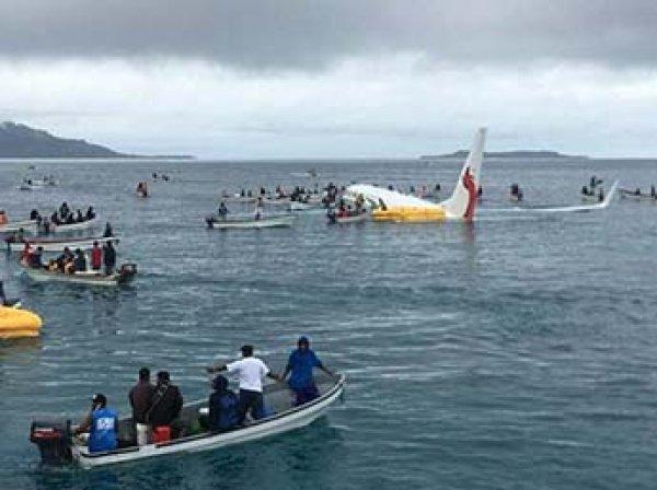 В Микронезии пассажирский лайнер не дотянул до полосы и скатился в море