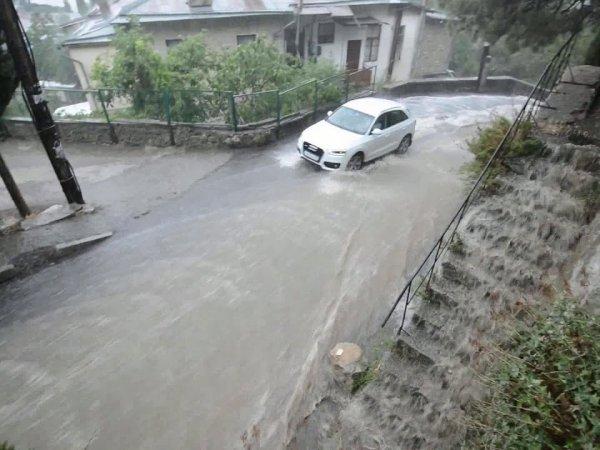 Наводнение в Крыму 2018: в Ялте мощные потоки уносили людей с улиц  (ВИДЕО)